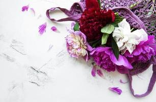 fiori di peonia rosa in borsa di stringa foto