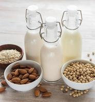 bottiglie con latte vegetale diverso foto