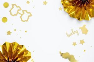 baby shower decorazioni in oro su sfondo bianco con copia spazio foto
