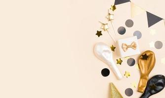 vista dall & # 39; alto di disposizione degli elementi di compleanno d & # 39; oro