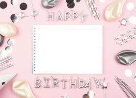 modello di carta di buon compleanno, sfondo rosa foto