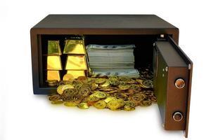 cassaforte piena di contanti e oro su sfondo bianco foto