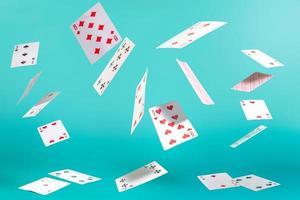 carte da gioco volanti su uno sfondo turchese foto
