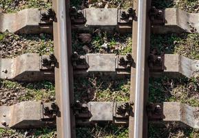 primo piano di un binario del treno foto