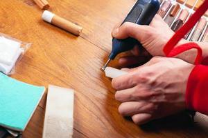 restauro parquet per l'eliminazione di difetti, scheggiature, graffi nel pavimento in laminato foto