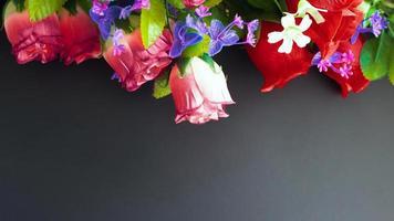 mockup commemorativo con fiori artificiali su uno sfondo scuro foto