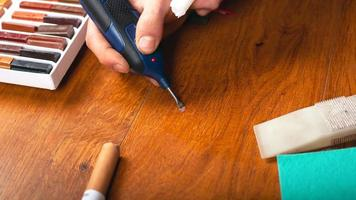 restauro parquet eliminazione di vizi, scheggiature, graffi nel pavimento in laminato foto