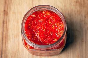 vaso con peperoncino rosso e salsa di pomodoro foto