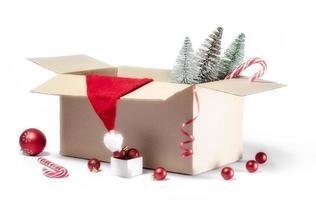 scatola di decorazioni natalizie su uno sfondo bianco foto