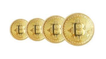 gruppo di monete d'oro di criptovaluta bitcoin isolati su sfondo bianco foto
