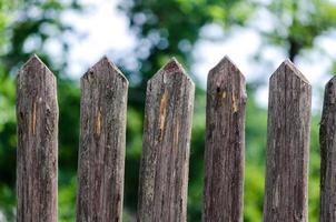 staccionata in legno durante il giorno foto