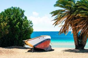 barca su una spiaggia tropicale foto