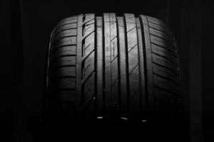 studio colpo di pneumatici per auto nuove di zecca isolato su uno sfondo nero foto