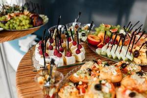 ristorazione. cibo per feste, feste aziendali, conferenze, forum, banchetti. messa a fuoco selettiva foto
