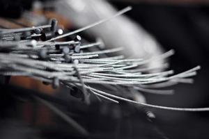 mucchio di vecchi cavi dei freni in metallo, fili di cavi in attesa di riciclaggio foto