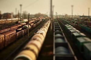 vagoni merci alla stazione ferroviaria. vista dall'alto dei treni merci. carri con merci su ferrovia. industria pesante. scena concettuale industriale con i treni. messa a fuoco selettiva. foto