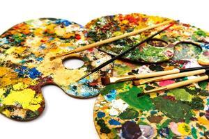 tavolozza con vernici colorate. tavolozza di pittura a olio colorata con pennelli. pennelli e colori per disegnare. foto