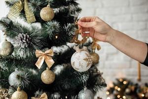 decorazione albero di Natale su uno sfondo di mattoni bianchi. concetto di natale e capodanno. decorazioni natalizie foto