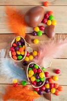 uova di Pasqua e piume foto