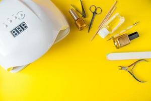 set di strumenti per manicure e cura delle unghie su uno sfondo giallo foto