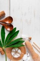utensili da cucina biodegradabili naturali su un fondo di legno bianco foto