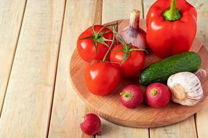 verdure fresche su uno sfondo di legno foto