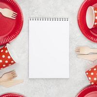 stoviglie usa e getta tazze rosse copia spazio foto