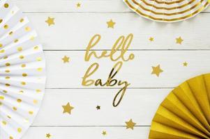 baby shower decorazioni in oro su sfondo bianco con copia spazio