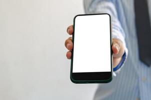 persona in possesso di un modello di telefono vuoto foto