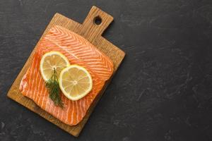 sopra la vista della disposizione di salmone e limone. risoluzione e bella foto di alta qualità