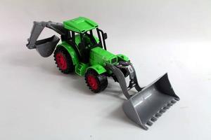 trattore giocattolo su uno sfondo bianco foto