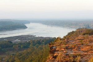 vista sul fiume nebbioso dalla montagna foto