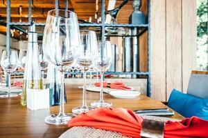 bicchiere di vino e tavola foto