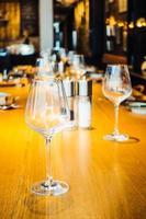 bicchiere di vino sul tavolo foto