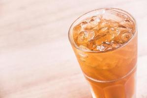 bicchiere di tè al limone ghiacciato foto