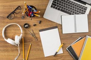 disposizione piatta della scrivania dello studente foto