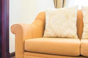 cuscino sulla decorazione del divano nell'interno del soggiorno foto