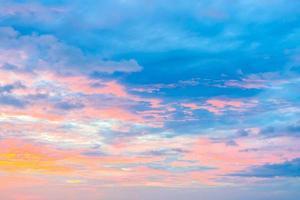cielo nuvoloso al tramonto foto