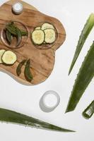 sfondo di aloe vera, cetriolo e crema per la pelle foto