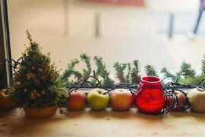 decorazioni natalizie sul tavolo foto