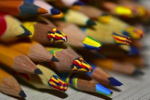 un sacco di matite colorate differenti da vicino foto