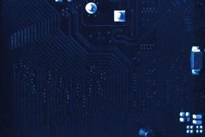 primo piano nero del chip del computer con elementi e tracce foto