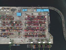 Jakarta, Indonesia 2021- veduta aerea del carico e scarico di navi portacontainer nel porto di acque profonde, importazione ed esportazione di trasporto merci