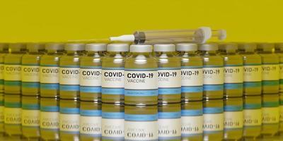 molti vaccini contro il coronavirus allineati con una siringa su un tavolo di vetro con riflessi e sfondo giallo, rendering 3d