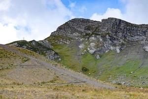 paesaggio di montagna con pendii rocciosi e nuvoloso cielo blu a sochi, russia foto