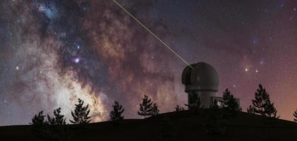 Via Lattea con grande telescopio all'orizzonte e alberi di pino in silhouette e laser verde che punta verso l'infinito, astronomia, rendering 3d