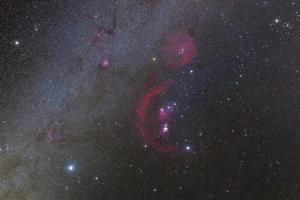 fotografia della costellazione di orione con i colori dell'idrogeno foto
