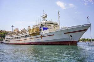 vista sul mare di una grande nave nel porto di Sebastopoli, Crimea foto