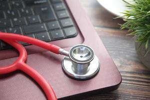 stetoscopio sul computer portatile foto
