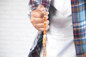 persona che tiene un rosario foto